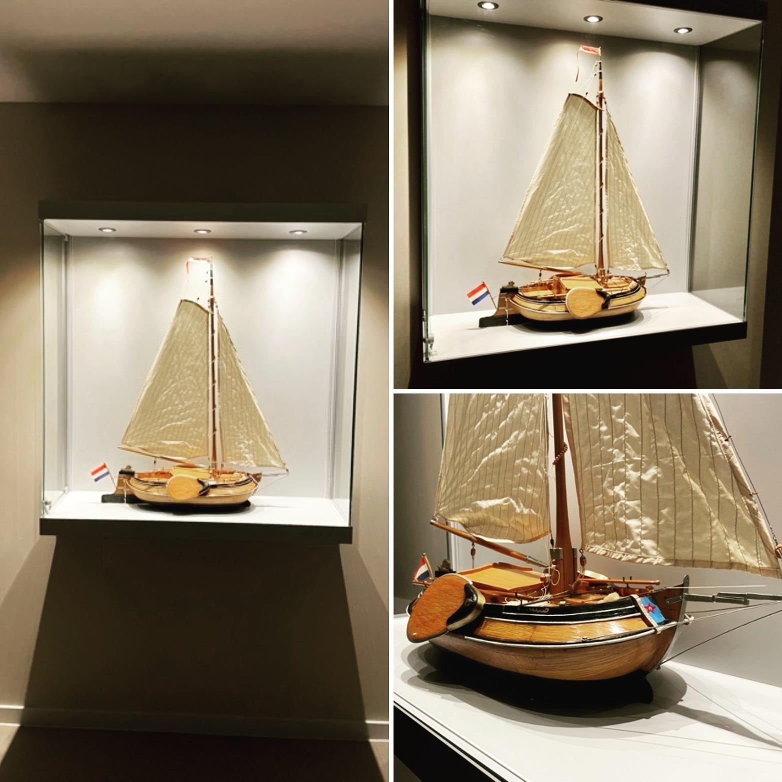 Maatwerkvitrine voor miniatuur zeilboot